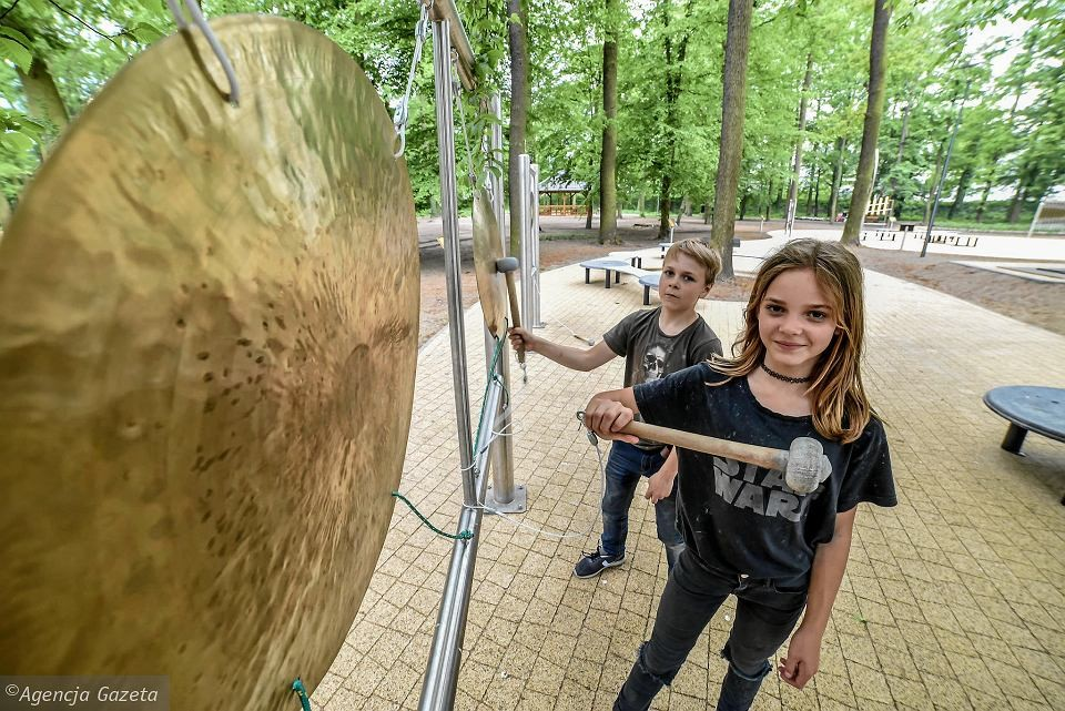 In the picture we can see a girl and a boy enjoying the experience in the ODRAN park - Mathematical and Natural Center in Nowa Sól.