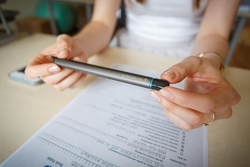 kobieta trzyma długopis cyfrowy