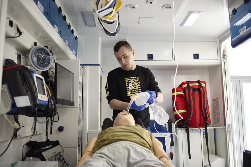 Student w Centrum Innowacyjnej Edukacji Medycznej Pomorskiego Uniwersytetu Medycznego w Szczecinie