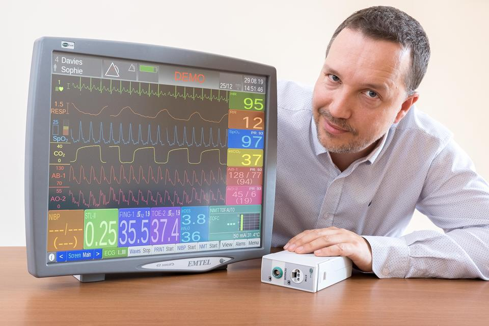 Marcin Śliwa przy module anestezjologicznym