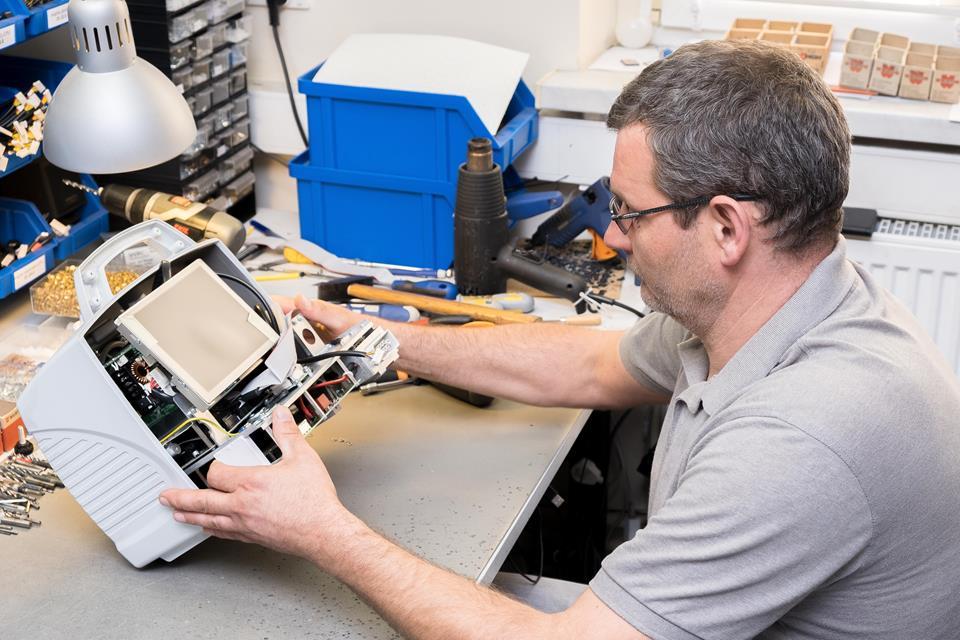 Mężczyzna montuje moduł