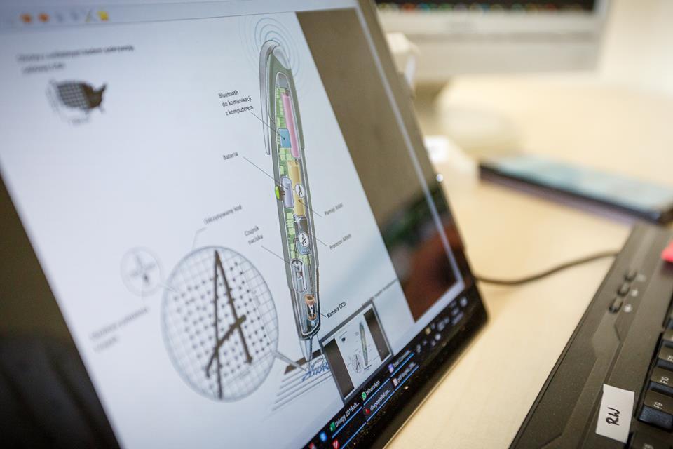 Na ekranie monitora wyświetla sie schemat długopisu cyfrowego