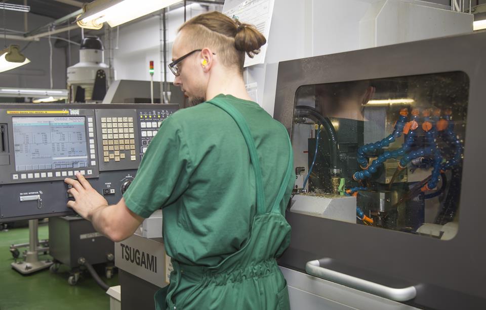 Mężczyzna pracuje na urządzeniu