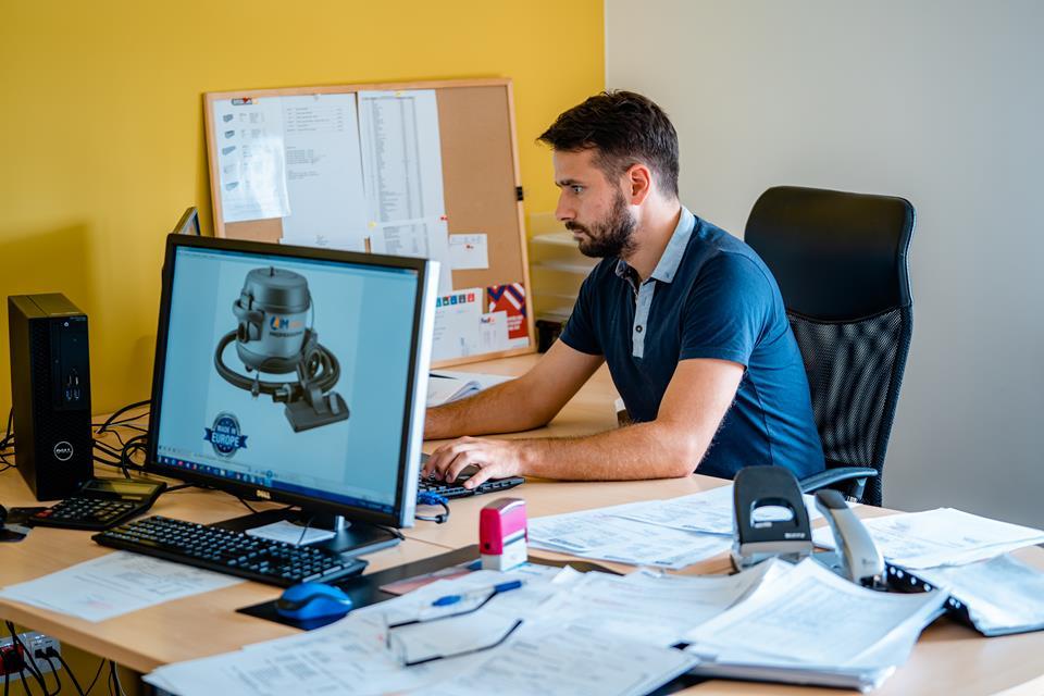 Mężczyzna w biurze pracuje przy komputerze