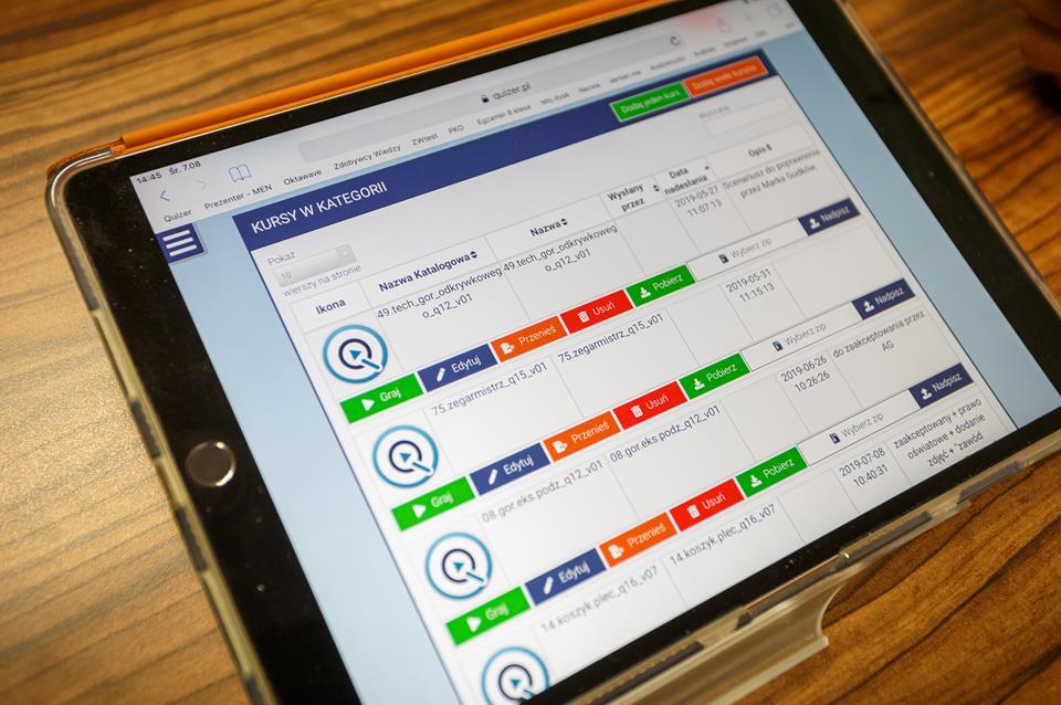 Platforma Quizer wyświetlana na tablecie