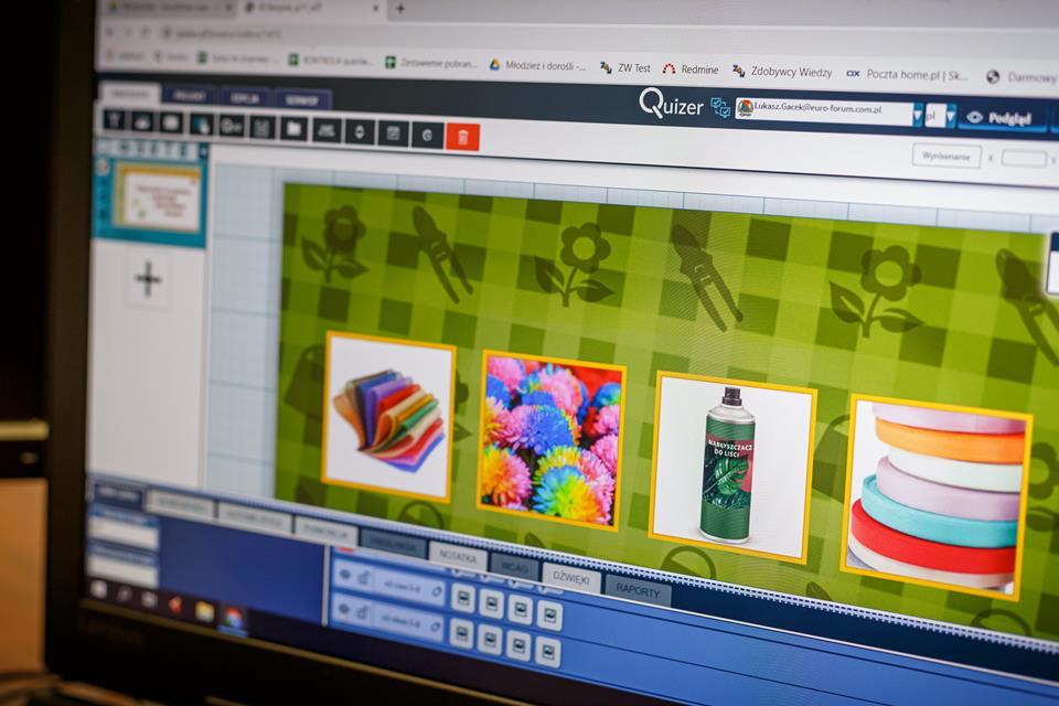 Ekran monitora z wyświetlającymi się kolorowymi obrazkami