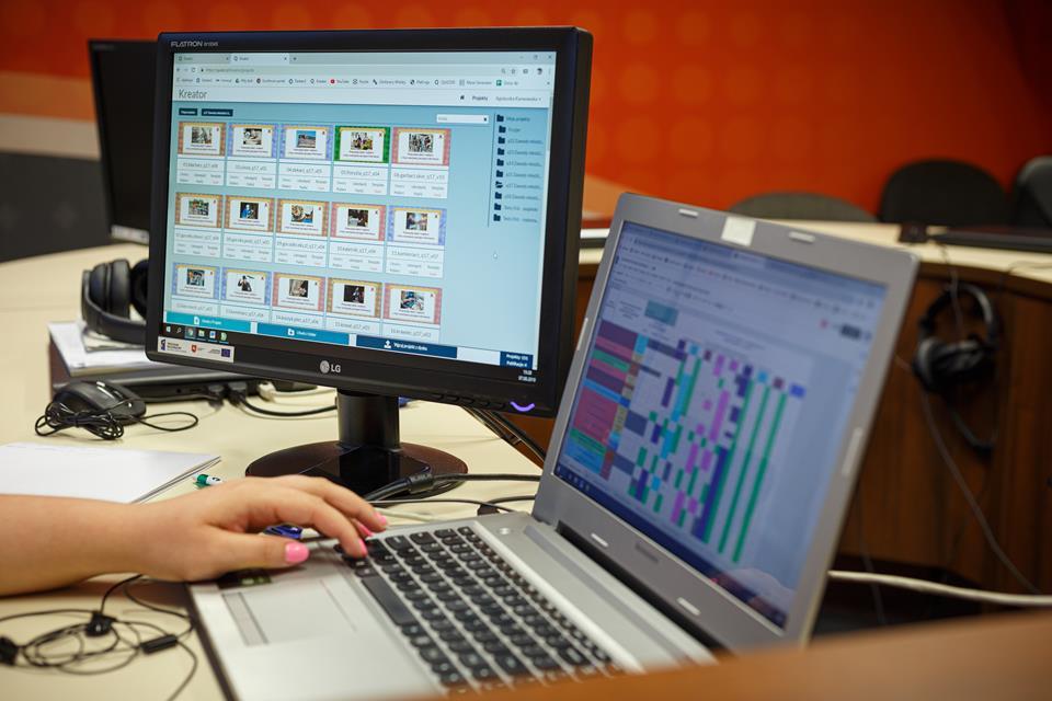 Praca nad projektem przy użyciu laptopa