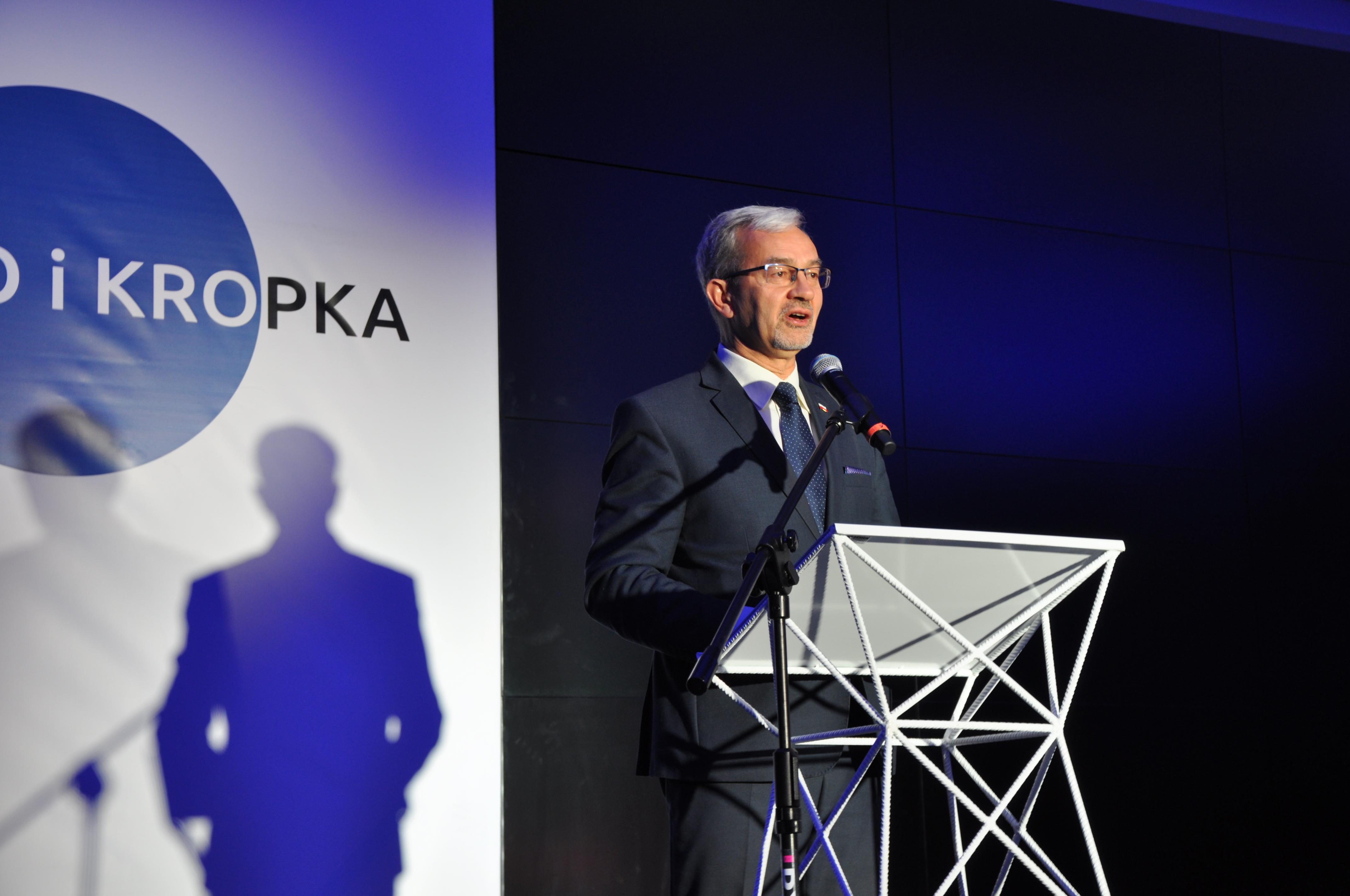 """minister Jerzy Kwieciński podczas Forum na Rzecz Prostego Języka """"Prosto i Kropka"""""""
